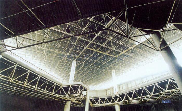 成都國際會展中心現代藝術館的球型承重130米跨鋼架結構