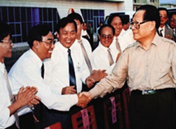 1996年10月31日,前中共中央總書記、國家主席、中央軍委主席江澤民在南(寧)昆(明)鐵路工地接見我公司員工