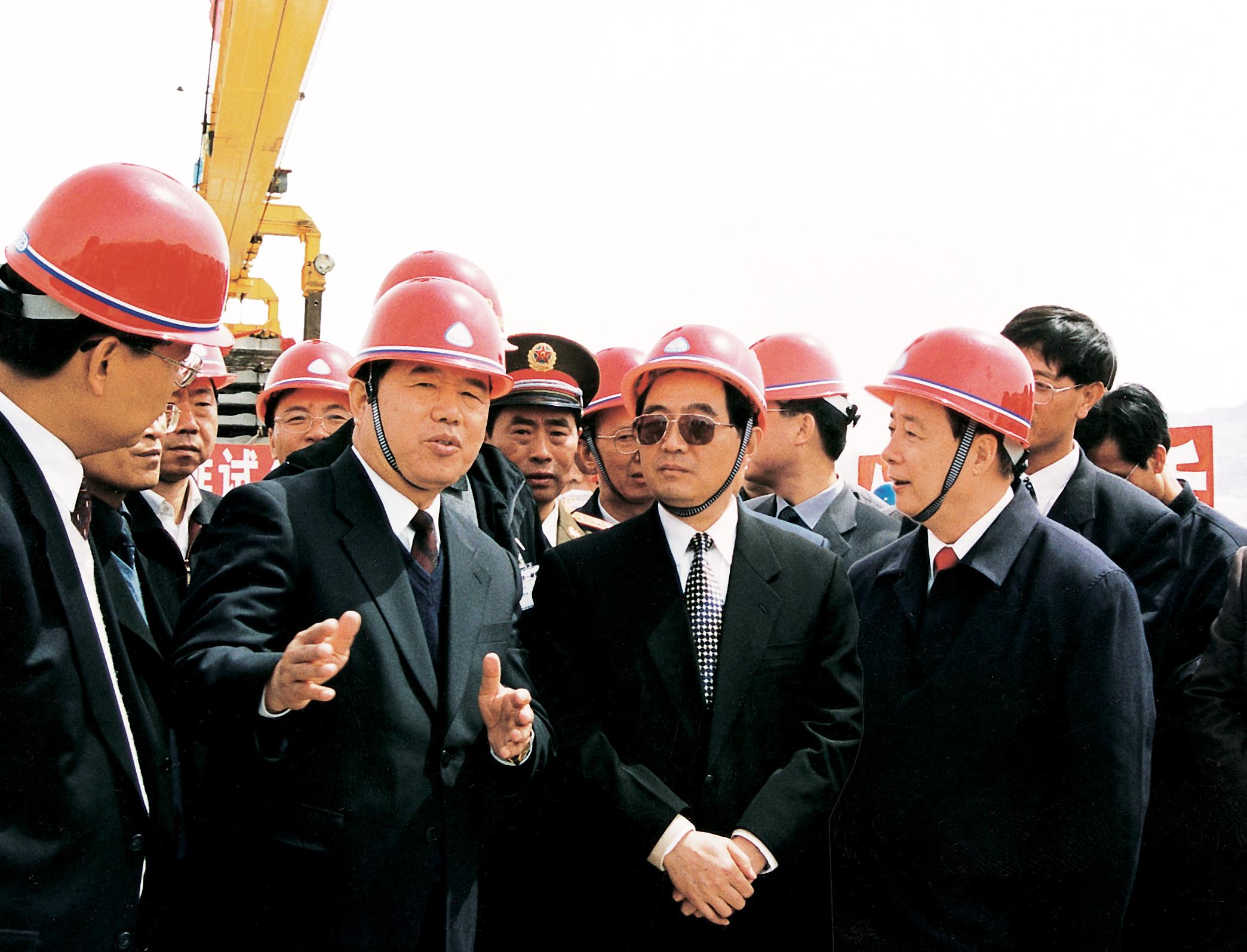 前中共中央總書記、國家主席、中央軍委主席胡錦濤視察中鐵二局參建的青(海)(西)藏鐵路建設工地